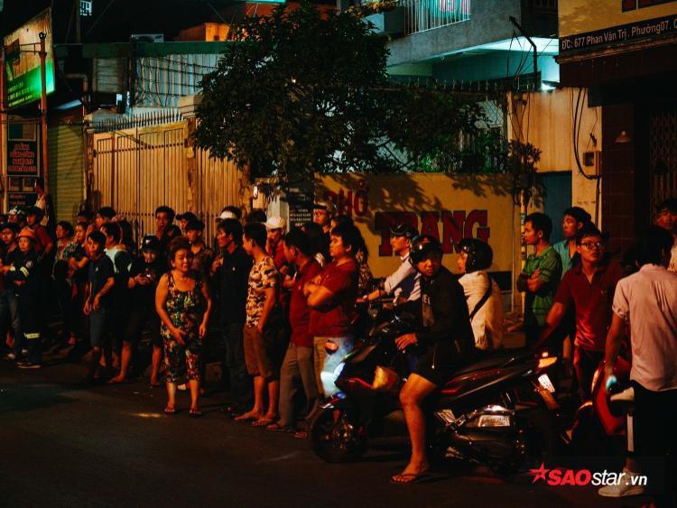 Hơn 1h sáng, vẫn còn hàng trăm người dân trong khu vực đến xem hiện trường.
