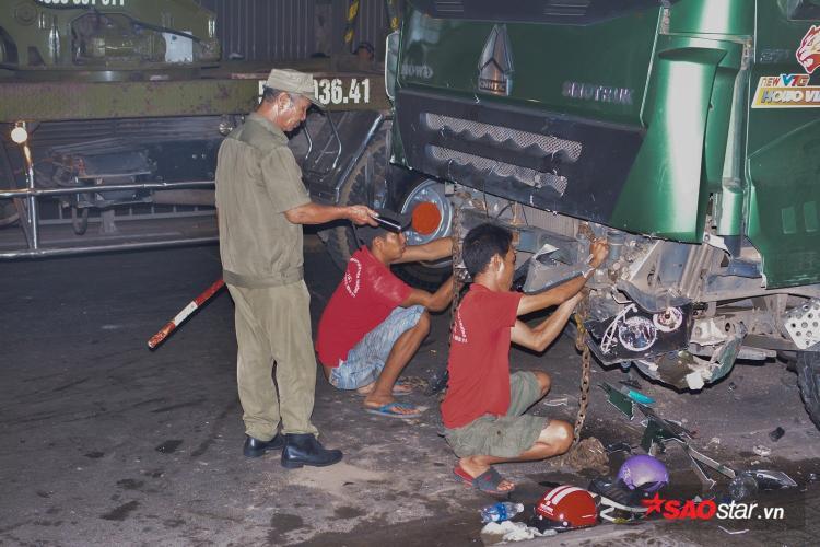 Nhiều nón bảo hiểm, đồ vật,… vẫn vương vãi khắp con đường Phan Văn Trị.