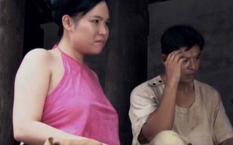 Một số diễn viên như Trương Phương, Thanh Hương tiết lộ bản thân cũng bối rối khi thực hiện phân cảnh mặc áo yếm không nội y. Tuy nhiên, tất cả đều không lên tiếng phản đối vì đó là quyết định từ đạo diễn, biên kịch.