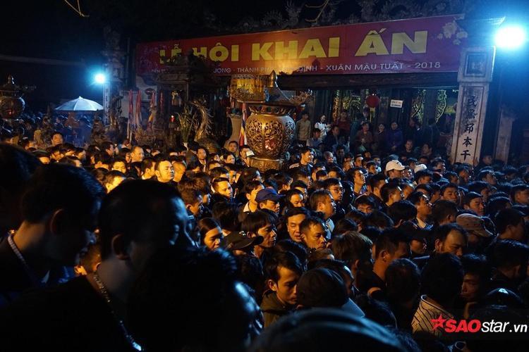 Điểm phát ấn trước cửa đền Trần đã tập trung rất đông người từ lúc 4h sáng, tuy nhiên, khác với mọi năm, khu vực này không hề có tình trạng lộn xộn, chen lấn.