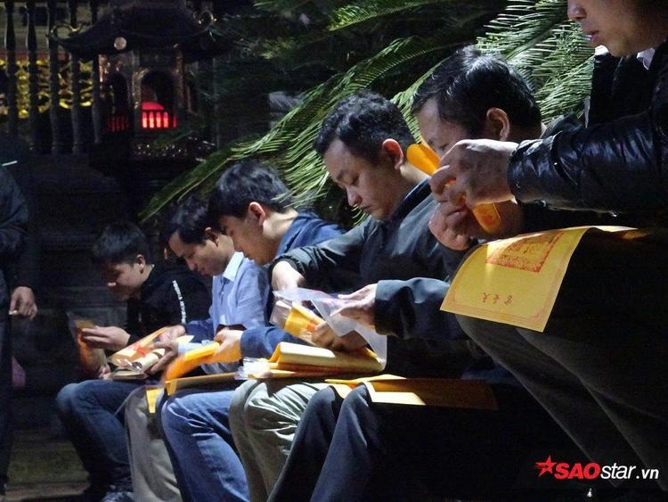 Những người đầu tiên cầm lá ấn trên tay sau một đêm ròng rã chờ đợi.