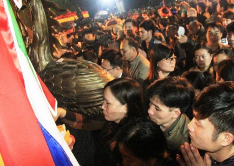 Nhiều người xông vào trong cấm cung mong được sở lên các hiện vật dùng để thờ cúng mong được tài lộc, may mắn, thăng quan phát tài