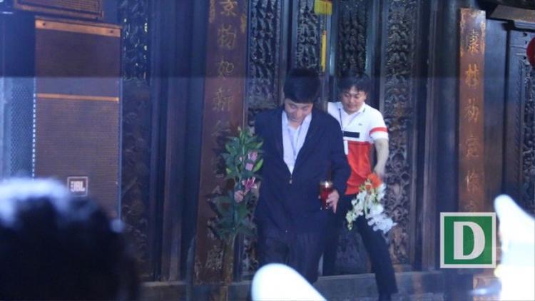 """Hầu hết những người vào dâng hương trong đền Thiên Trường đều bước ra với cành """"lộc"""" trên tay."""