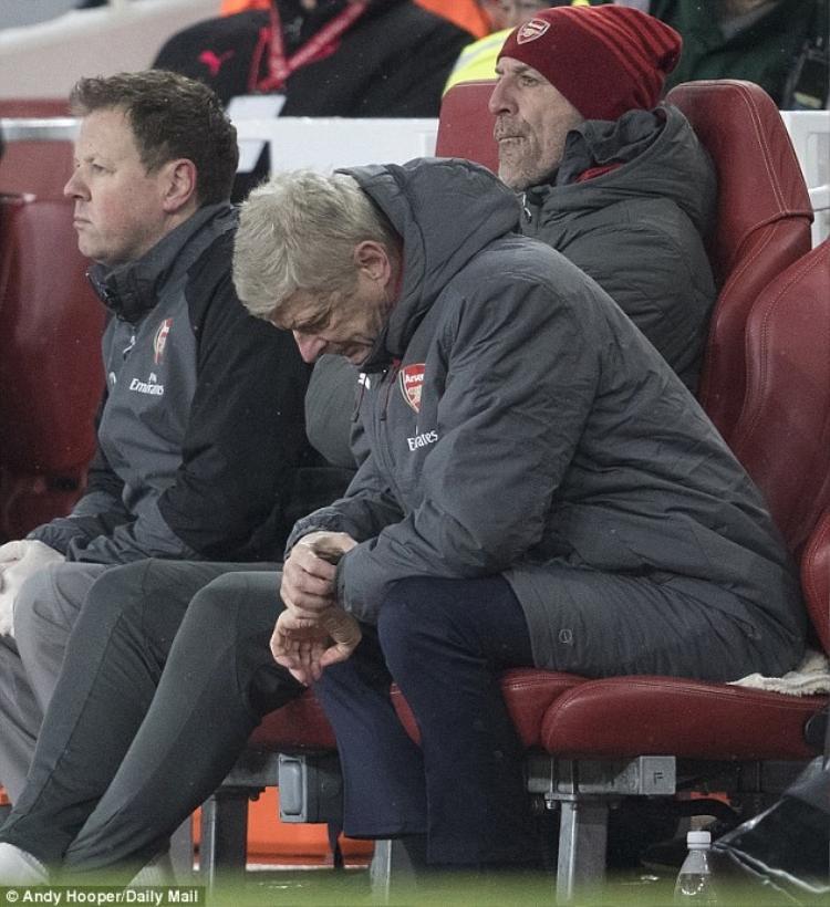 """""""Giáo sư"""" Wenger cúi đầu, chỉ biết xem đồng hồ chờ hết giờ."""