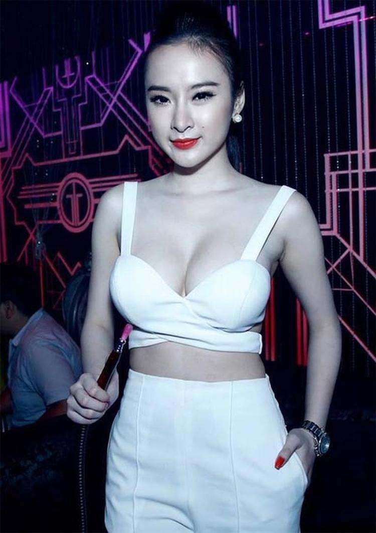 """Trước nay nổi tiếng với hình ảnh gợi cảm, Angela Phương Trinh cũng từng là một trong số những người đẹp tu sửa vòng một để trở nên quyến rũ hơn trong mắt mọi người. Sau khi có được vòng một như mong đợi, """"bà mẹ nhí"""" cũng từng chọn mặc croptop sắc trắng khoe ngực."""