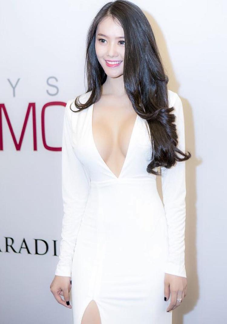 Nếu diện váy liền thân thì Linh Chi cũng sẽ lựa chọn những mẫu thiết kế có phần cổ khoét sâu tận eo như thế này.