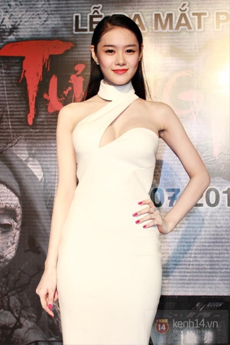 Những đường cắt xẻ táo bạo của chiếc váy để khoe trọn phần ngực nảy nở nhờ phẫu thuật thẩm mĩ luôn được Linh Chi ưu ái mặc tại các sự kiện lớn nhỏ mà cô tham gia.