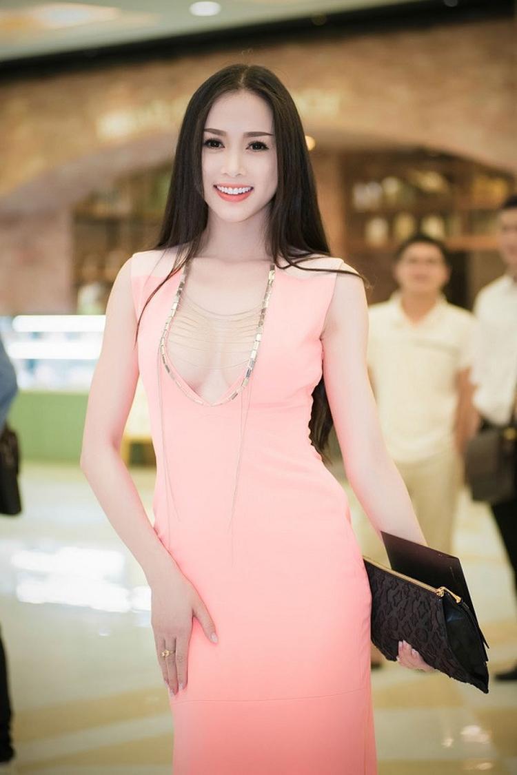 Sau nâng ngực, sao Việt si mê diện croptop sắc trắng phô diễn vòng một tròn đầy