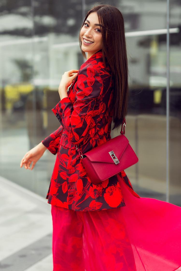Họa tiết hoa to bản được sử dụng kỹ thuật in mang đến những hình khối, mảng màu có chiều sâu ấn tượng. Bộ trang phục mang nét thanh lịch nhưng không kém phần nổi loạn, cá tính.