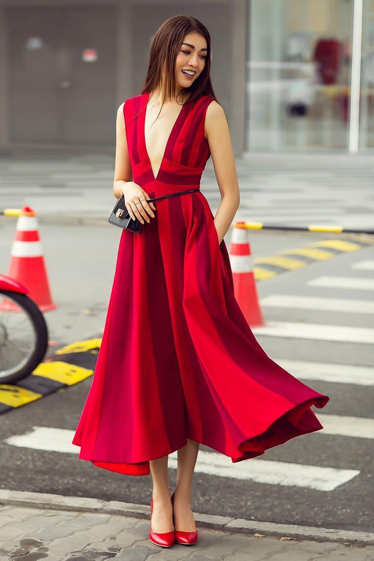 Trong loạt ảnh mới, Á hậu Hoàn vũ Việt Nam 2015 Lệ Hằng mang đến hình ảnh cô gái trẻ sành điệu, thời thượng trong những thiết kế lấy sắc đỏ làm chủ đạo của NTK Đỗ Mạnh Cường. Trang phục mang đủ phong cách từ cổ điển, nữ tính cho đến quyến rũ, hiện đại.