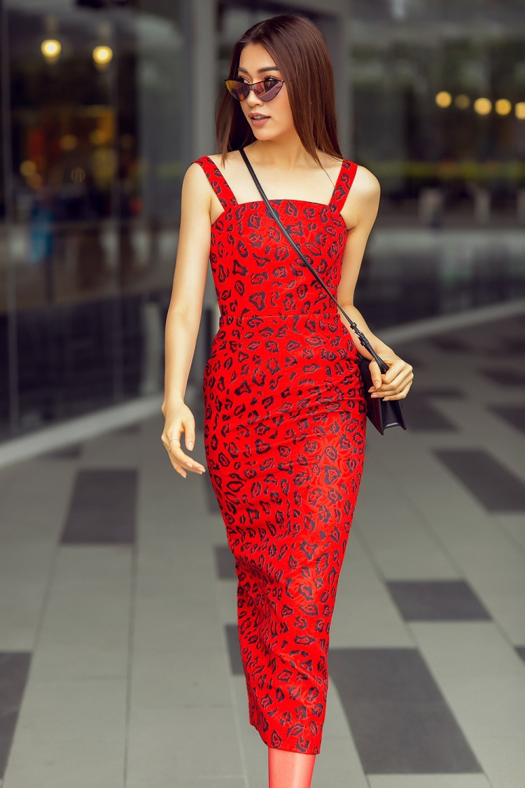 Từ hình ảnh điệu đà, cổ điển, Lệ Hằng chuyển dần sang phong cách gợi cảm của phái đẹp hiện đại. Phom váy cocktail với họa tiết da báo giúp Á hậu Hoàn vũ Việt Nam 2015 khoe khéo được ba vòng cân đối, quyến rũ.