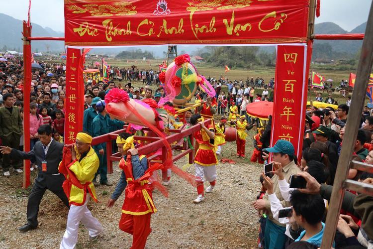 Điểm đặc sắc nhất của lễ hội Ná Nhèm là màn rước sinh thực khí nam (Tàng thinh) và sinh thực khí nữ (Mặt nguyệt). Ý nghĩa của việc này là ước mong sinh sôi nảy nở, con cháu đầy đàn.