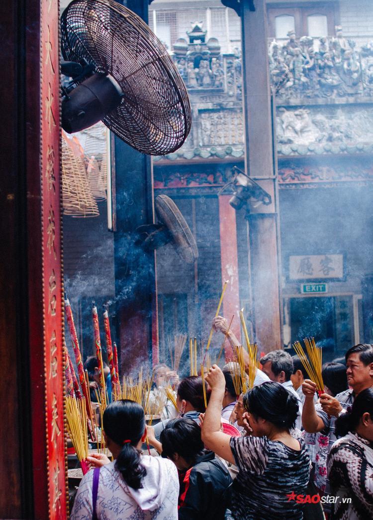 Số lượng quạt gió được bố trí khắp mọi nơi trong chùa.