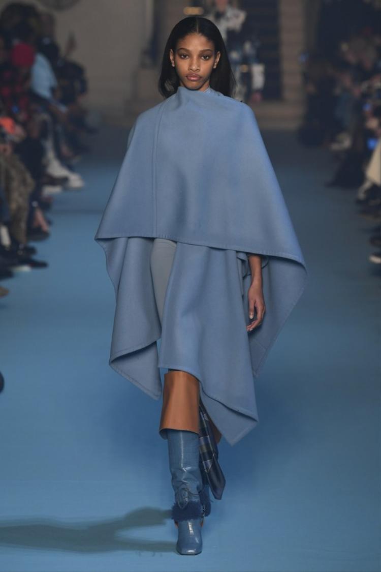 Chiếc áo cape tông xanh cổ vịt này là một items hứa hẹn sẽ khiến nhiều cô gái đỏ mắt tìm kiếm trong mùa lạnh năm nay.