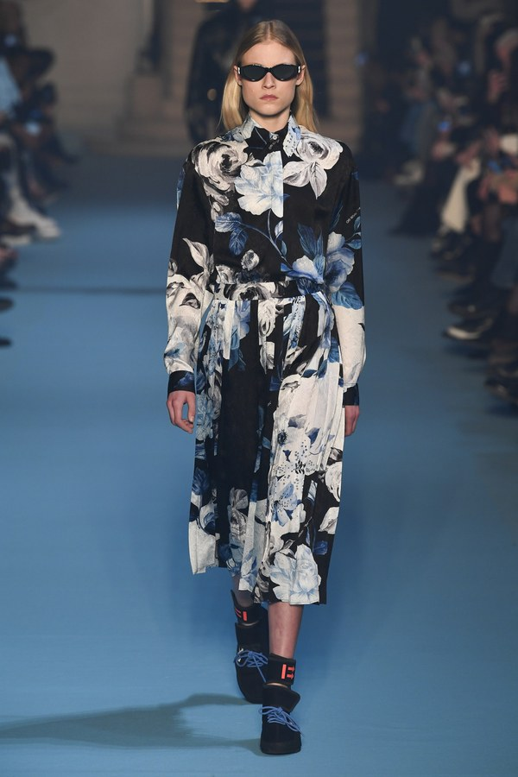 Những chiếc áo măng tô, áo khoác dáng dài gợi đến nét thanh lịch, nữ tính của những quý cô nước Anh, được in họa tiết hoa xanh hiện đại, phối cùng boots và mắt kính đen thời thượng.