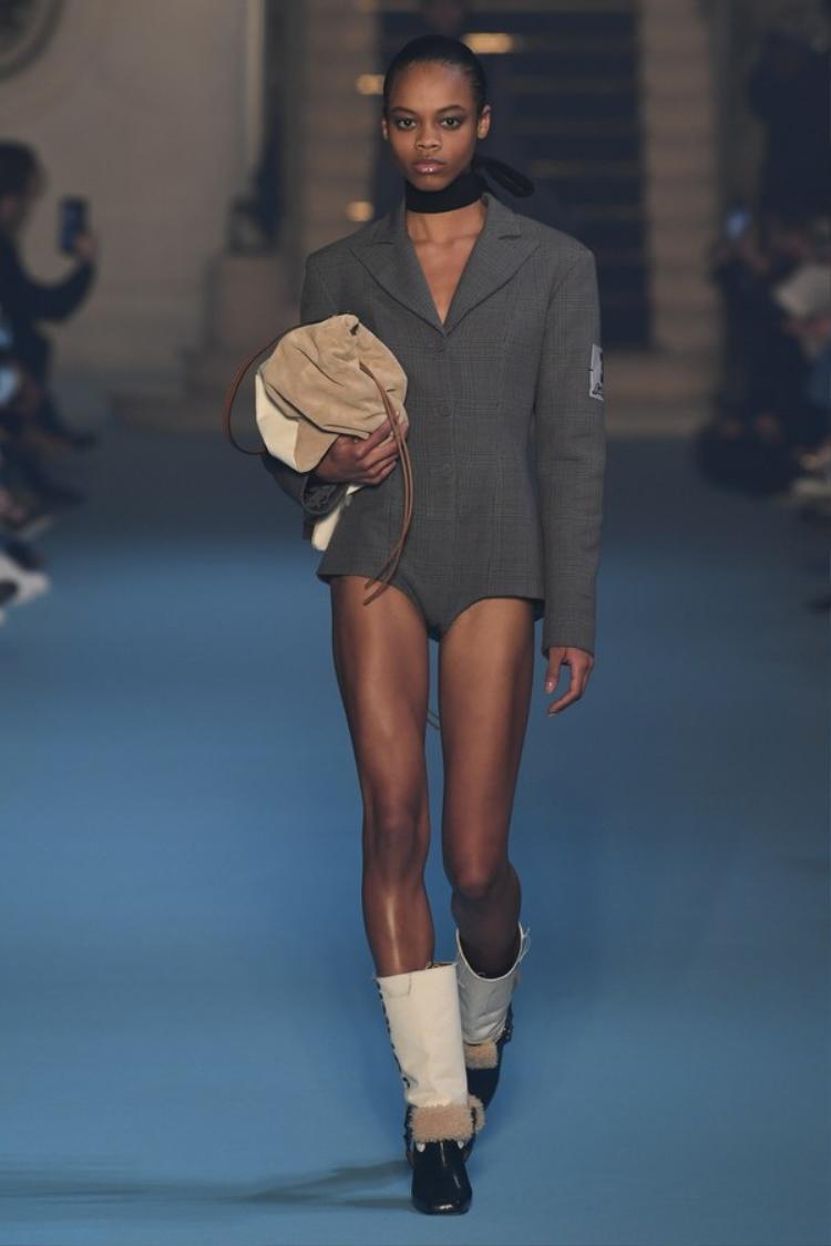 Cùng các mẫu jumsuit cắt cao, khoe đôi chân miên man của dàn người mẫu là những điểm nhấn được NTK yêu thích, liên tục lặp lại trong BST.