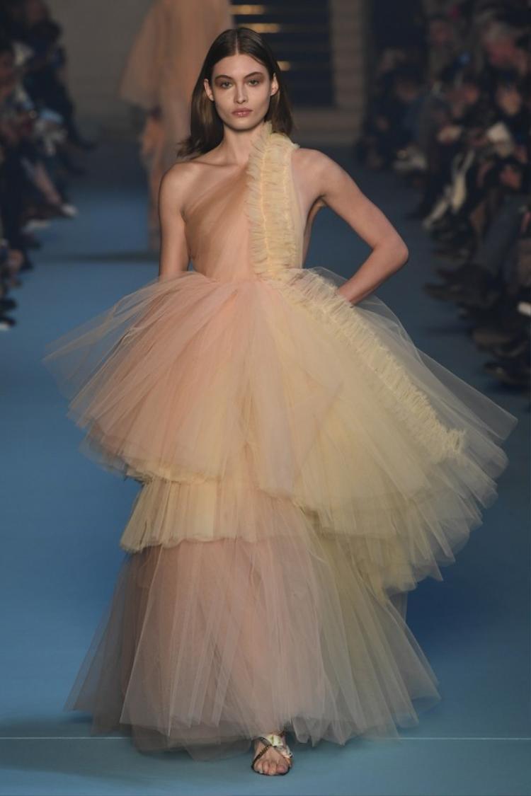 Ít ai ngờ, một thương hiệu cá tính như Off-White lại có một chiếc váy tầng, xếp pli ngọt ngào như thế này trong show diễn của mình.