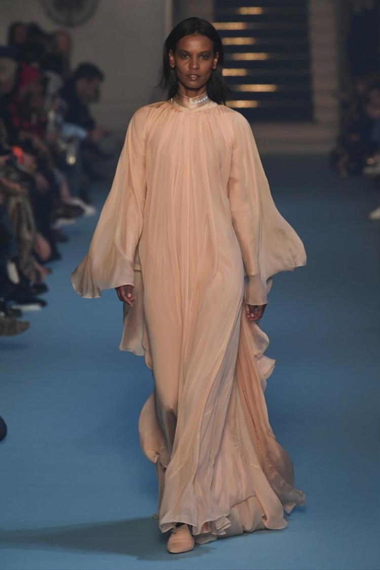 Mẫu váy với chất lụa óng ánh, mềm mại khoe trọn vẻ đẹp của người mặc.