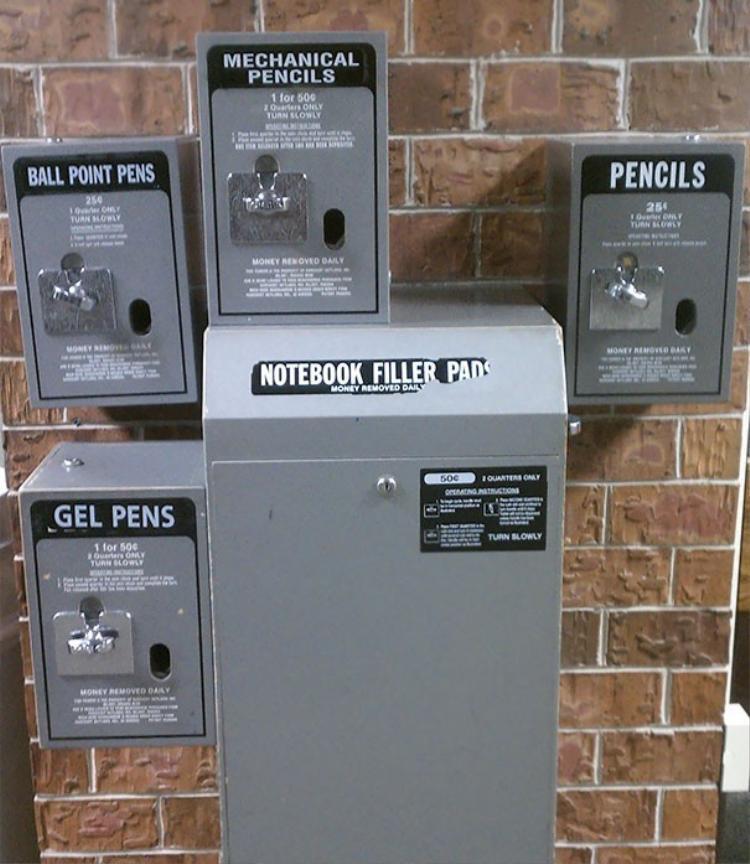 Máy bán hàng tự động các dụng cụ học tập như bút chì, bút bi… tại 1 ngôi trường ở Mỹ.