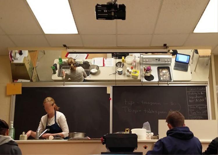 Lớp học nấu ăn được trang bị tấm gương phía sau, giúp học sinh có thể dễ dàng quan sát cô giáo đang hướng dẫn những gì.