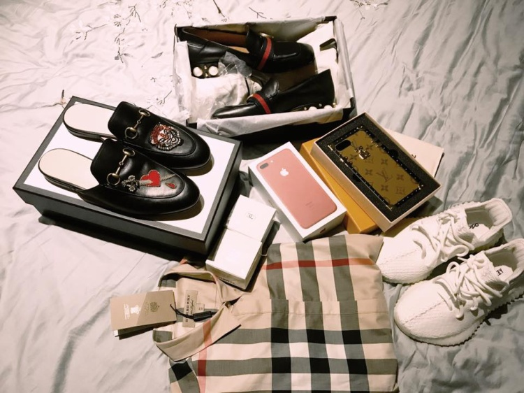 """Hương Giang trong một lần """"khoe nhẹ"""" những món đồ mình vừa tậu về gồm: áo sơ mi Burberry, 2 đôi giầy Gucci, ốp điện thoại LV và một đôi sneaker Yeezy."""