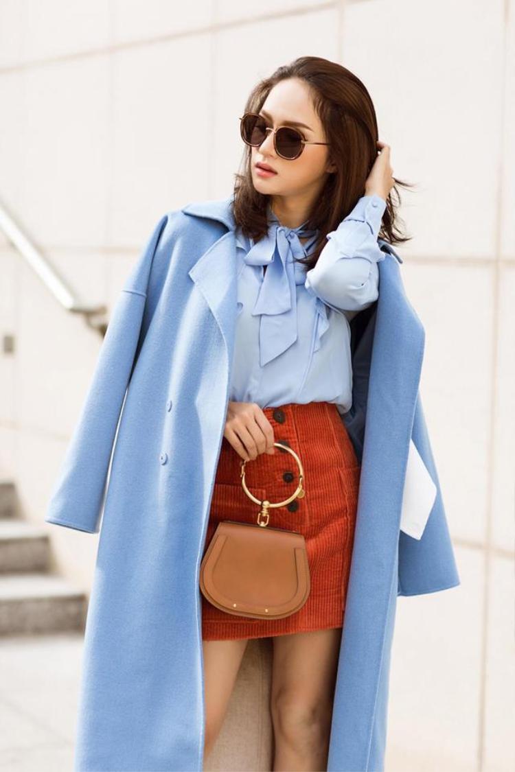 Cô thường kết hợp chiếc túi này với những bộ đồ sang trọng, lịch sự.