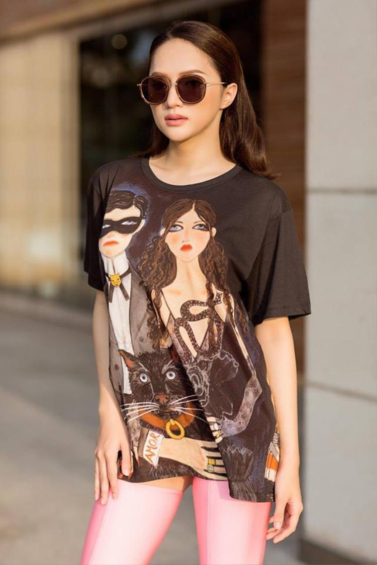 Cũng như nhiều tín đồ hàng hiệu khác, Hương Giang rất yêu thích Gucci. Cô đã tậu cho mình một chiếc áo phông dáng dài.