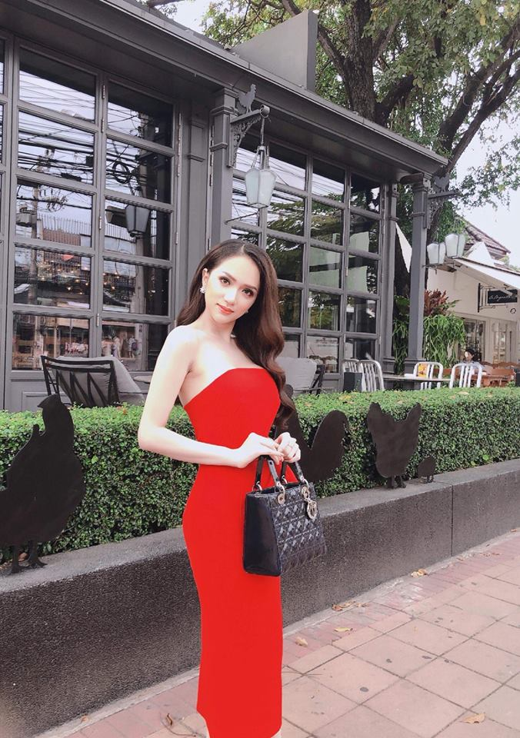 Chiếc túi năng động này hợp với nhiều kiểu váy mà Hương Giang lựa chọn.