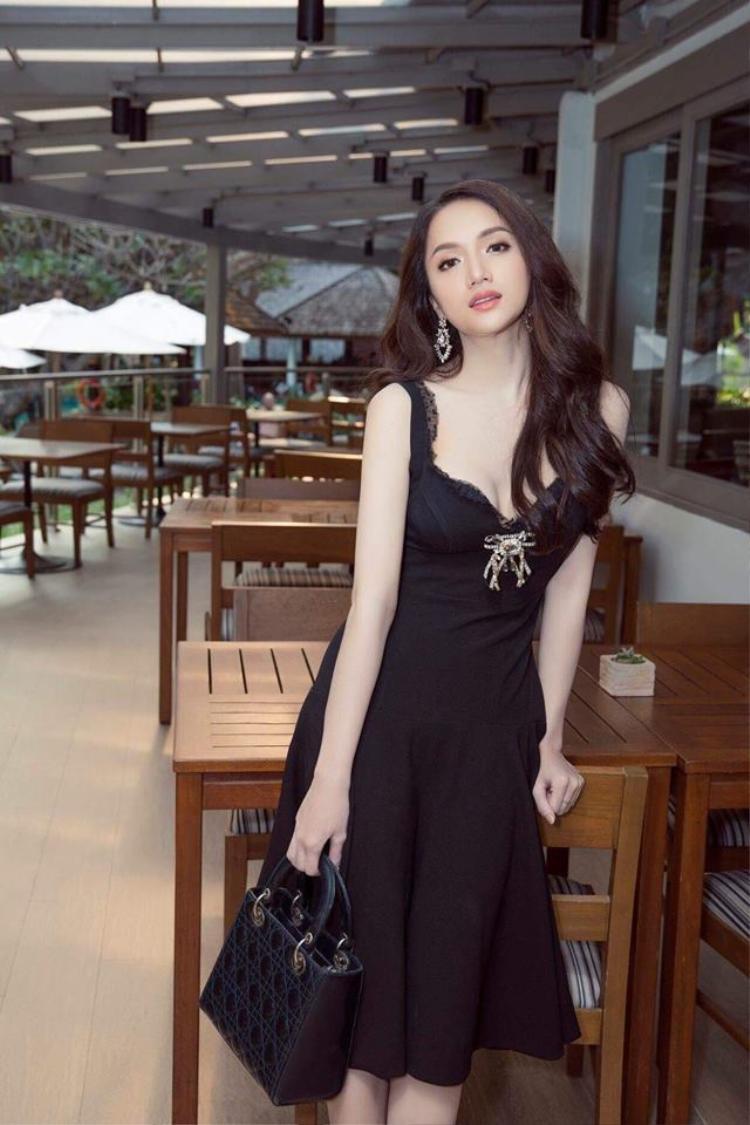 Trong lần chinh chiến với cuộc thi Hoa hậu chuyển giới quốc tế lần này, Hương Giang sử dụng chiếc túi Dior màu đen sành điệu và tiện dụng.