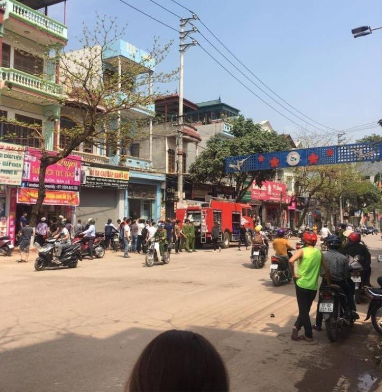 Rất đông người dân có mặt tại ngôi nhà nơi xảy ra sự việc.