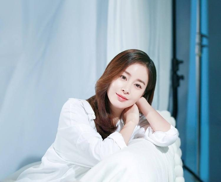 """Vẻ đẹp của Kim Tae Hee được người hâm mộ ví như """"nữ thần""""."""