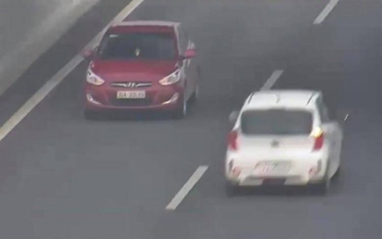 Nữ tài xế lái xe màu đỏ đi ngược chiều bị phạt hành chính 7,5 triệu đồng.