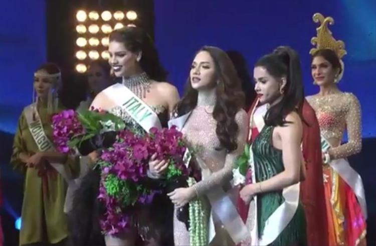 Ba thí sinh xuất sắc nhất trong phần thi Tài năng của đêm bán kết.
