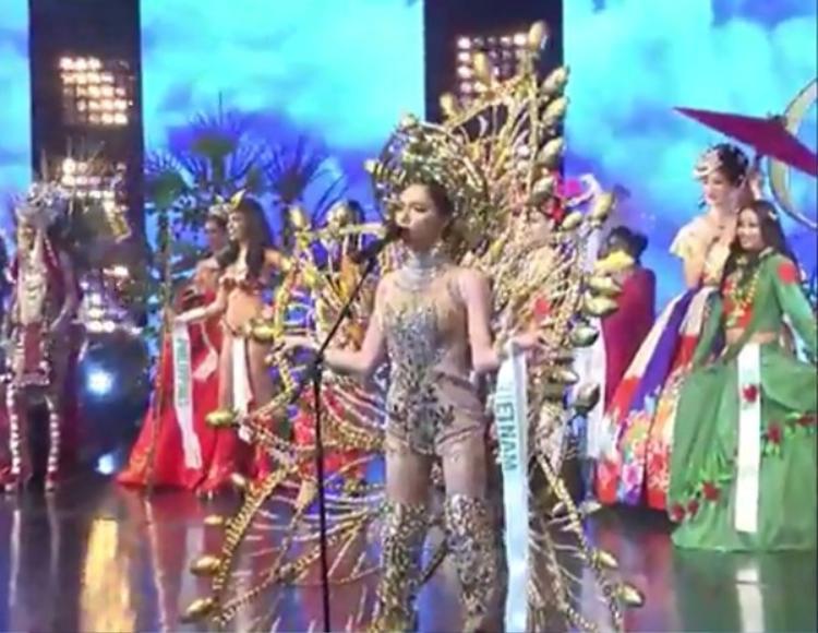Hương Giang xuất hiện trong trang phục dân tộc cầu kỳ…
