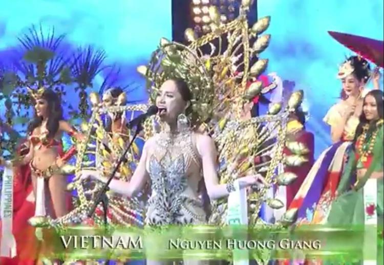 …và hò vang hai tiếng Việt Nam.