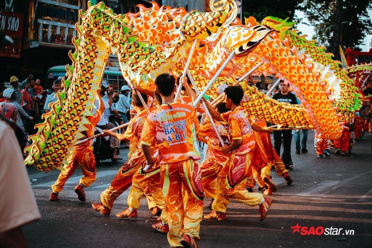 Những nghệ sĩ tham gia biểu diễn múa rồng công phu.