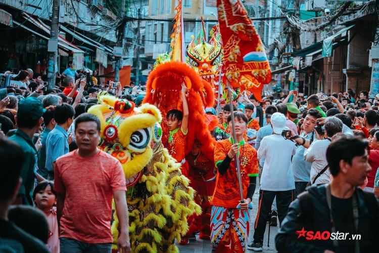 Mọi năm, có hơn 1.000 nghệ sĩ tham gia diễu hành trên khu vực Chợ Lớn (Q.5, TP.HCM) để mừng Tết Nguyên Tiêu.
