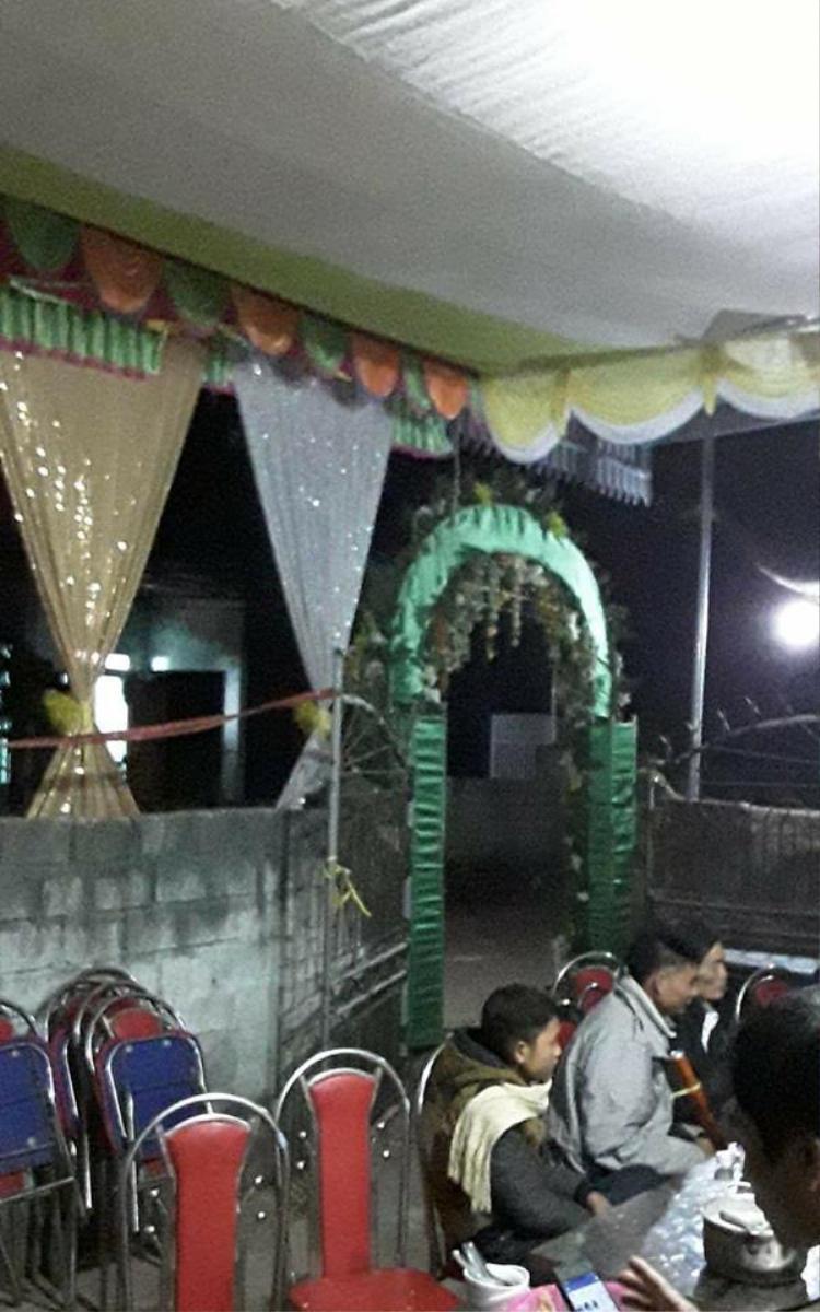Bức ảnh tại đám cưới do chính anh chàng H.T tự tay dựng rạp để người yêu đi lấy chồng.