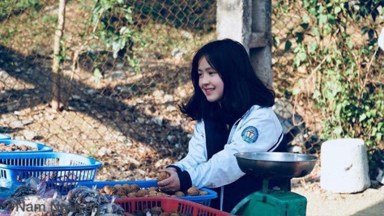 Thêm ảnh hồi xưa vô cùng dễ thương của nữ sinh Hà Giang bán hạt óc chó nổi tiếng nhất MXH hôm nay