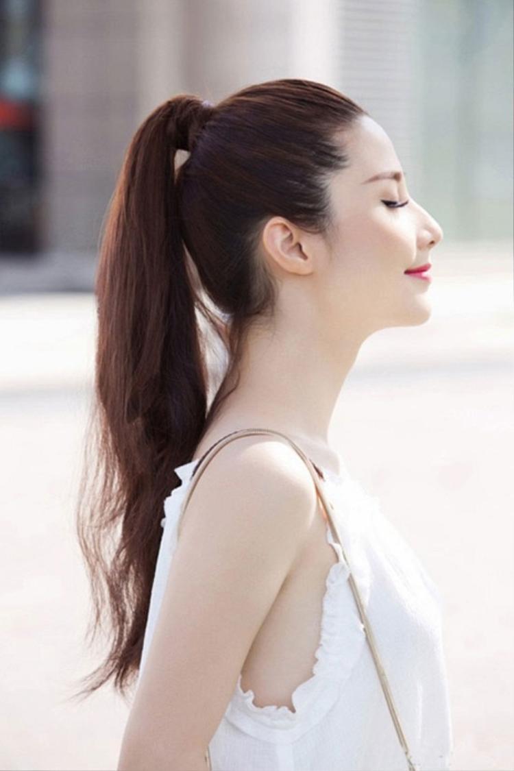 Tóc đuôi ngựa còn thể hiện sự thời thượng bởi bất kể mùa thời trang nào cũng sẽ bắt gặp kiểu tóc này góp mặt trong các sàn diễn lớn nhỏ.