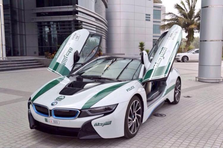 BMW i8 là chiếc xe mới nhất được cảnh sát Dubai mua về.