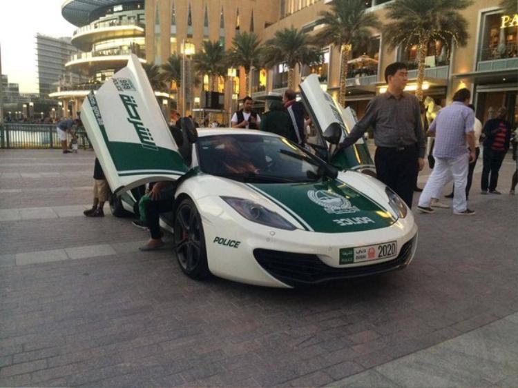 Chiếc McLaren MP4-12C này được cảnh sát Dubai thêm vào dàn xe của mình từ tháng 12 năm 2013.