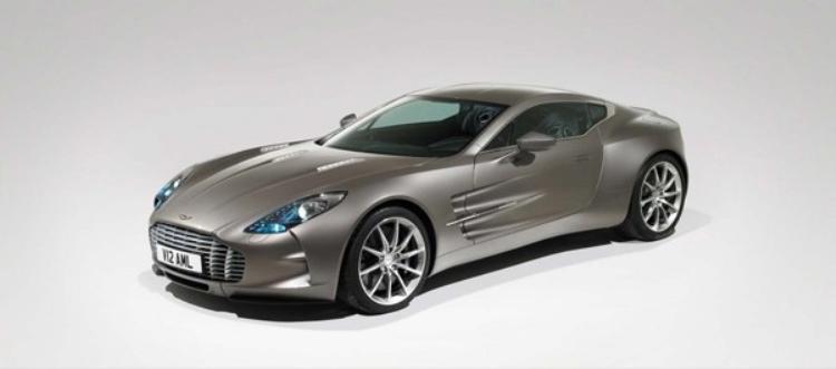 Với giá 1,5 triệu USD, Aston Martin One-77 là chiếc xe có thân xe bọc sợi carbon và có thể đạt tốc độ tối đa 220 dặm trên giờ.