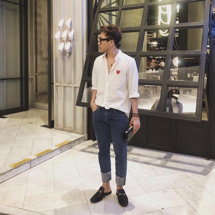 """Hoàng Ku dù diện sơ mi trắng nhưng vẫn """"soái ca"""" hết phần thiên hạ. Chàng stylist mix 2 thương hiệu Gucci và Dior nên set đồ vừa tinh tế nhưng lại """"chất phát ngất""""."""