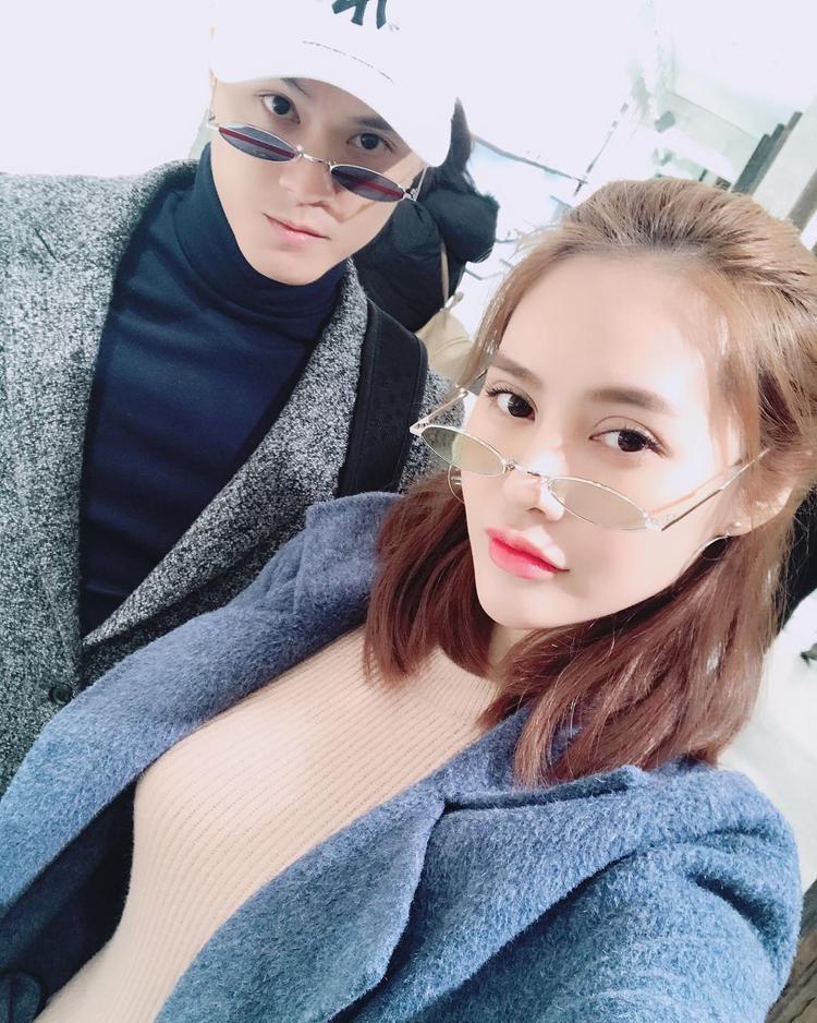 """Lâm Vinh Hải và Linh Chi tình tứ diện kính siêu nhân cực chất trong những ngày """"du hí"""" tại Hàn Quốc."""