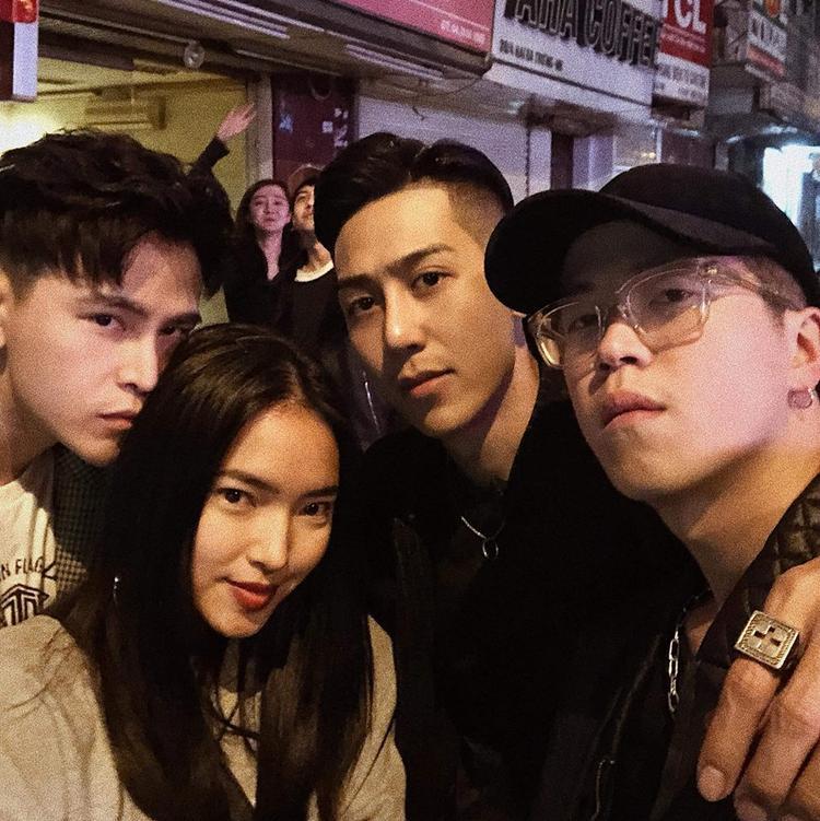 Minh Thái (ngoài cùng bên phải) chụp ảnh cùng Decao và Châu Bùi