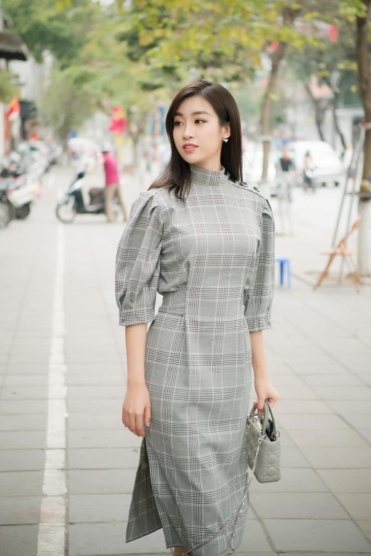 Diện trang phục đơn giản, Hoa hậu Việt Nam Đỗ Mỹ Linh gây ấn tượng với vẻ ngoài trẻ trung, xinh đẹp. Sắp tới, hoa hậu sẽ góp mặt trong show diễn áo dài của đàn chị Ngọc Hân.