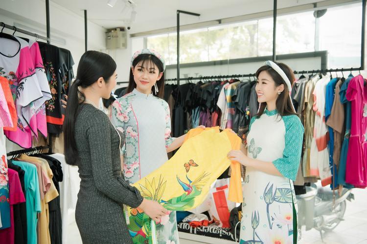Ngoài ra, cô cũng tận tình tư vấn, hướng dẫn đàn em cách chọn lựa trang phục sao cho phù hợp với vóc dáng, tính cách bản thân.