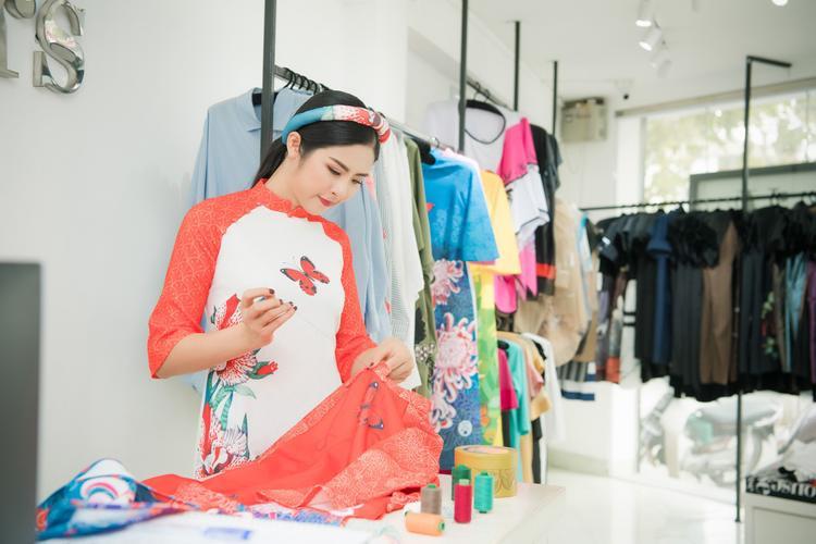 """Hoa hậu Việt Nam 2010 hy vọng, việc các em nhỏ diện những chiếc áo dài trình diễn trên một sàn diễn mang tính quốc tế là cách giới thiệu nét đẹp văn hóa của Việt Nam đến với bạn bè trong khu vực. BST """"Những loài hoa phương Đông"""" sẽ được trình làng tại sự kiện """"Asian Kids Fashion Week 2018"""" diễn ra vào ngày 4/3."""