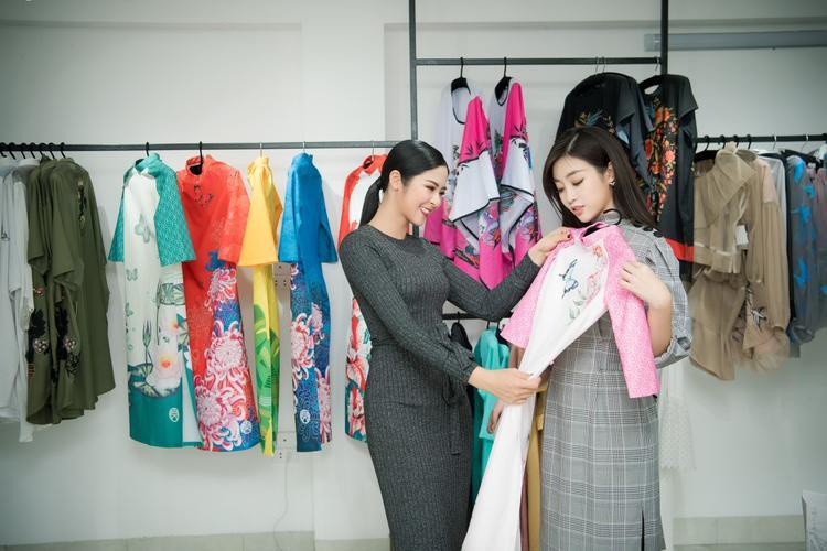Được hoa hậu Ngọc Hân tư vấn, Đỗ Mỹ Linh được lựa chọn chiếc áo dài tông hồng pastel với điểm nhấn là những họa tiết hoa đậm chất Á đông, nhằm tôn lên làn da sáng cùng gương mặt thuần Việt của người đẹp.